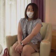 マスクで顔を隠しAVに出演する巨乳人妻
