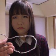 首輪の代わりに針金を首に巻かれ調教される女子