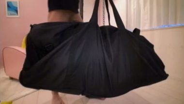 バッグに袋詰めにされた女の子