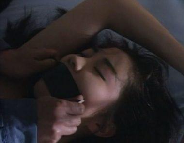 美女の口にガムテープを貼り声を封じる