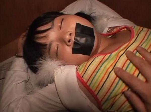 口をガムテープで塞がれ押入れに監禁されたパイパン少女