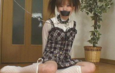 口にガムテープを貼られ拘束監禁されるロリっ娘