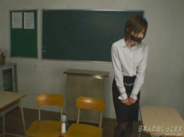 猿轡と手錠拘束をされた女教師