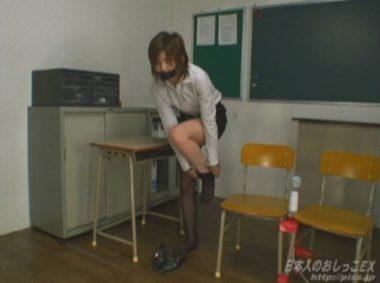 お漏らしした下着を脱ぐ女教師