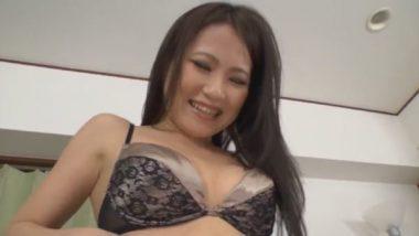 セクシーな黒のブラジャーの調教志願の美女