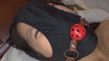顔にパンティを被され口枷を装着された女