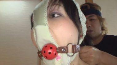 ボールギャグの口枷を口に着けられる顔パンツの女