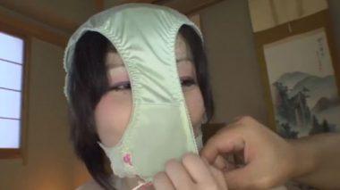 顔に染みの出来たパンティを被せられる女