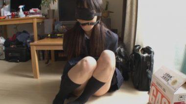 拉致され目隠しと猿轡で拘束監禁されている制服女子校生