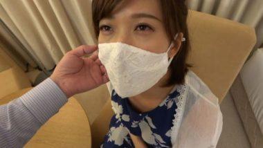 美しいレースのマスクをした熟女