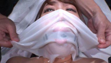 濡れた布で口と鼻を覆われるM女・加賀美さら