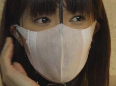 立体マスクの下に鼻フックを装着した美人ニュースキャスター