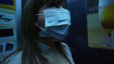 猿轡をマスクで隠しエレベーターに乗る美女