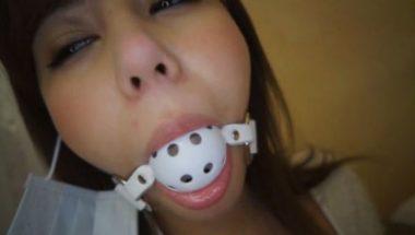 ボールギャグをされた美女のエロい口と唇
