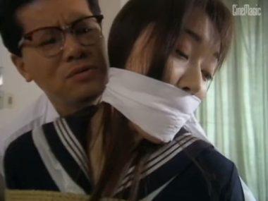 さらし布で口に被せ猿轡をされた女
