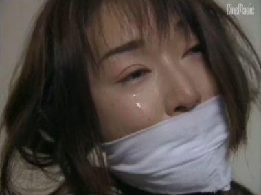 猿轡をされ涙を流して泣く女教師