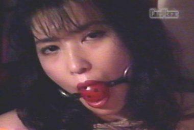 赤い口紅の美女が口にボールギャグをされた画像
