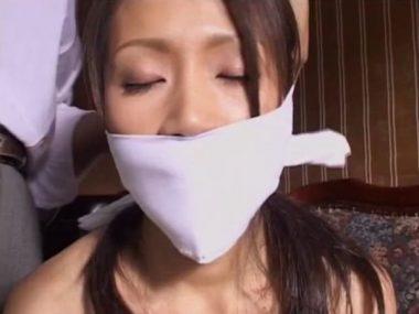 口を封じる被せ猿轡の画像