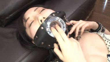 喋れないように開口マスクを付けられた黒崎さく