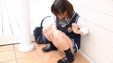 制服の美少女のおしっこお漏らしシーン