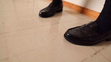 唾液とお漏らしで出来た制服美少女の足元の水溜り