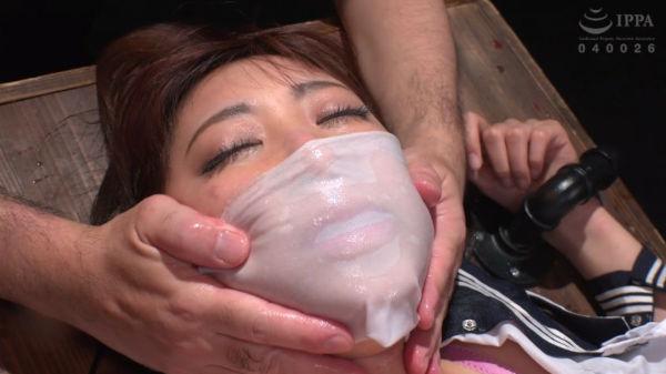 濡れたさらし布で口と鼻を覆い窒息プレイ