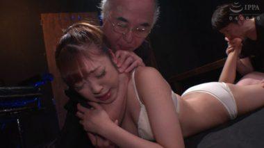 首絞めと足舐めの合体技をかけられる加賀美さら