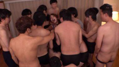 20人以上の汁男優との輪姦パーティー