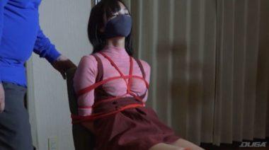 椅子に縛られ拘束監禁されているヒロイン