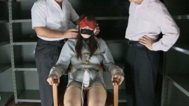 目隠しとヘッドホンとガムテープ猿轡で拘束監禁んされている女