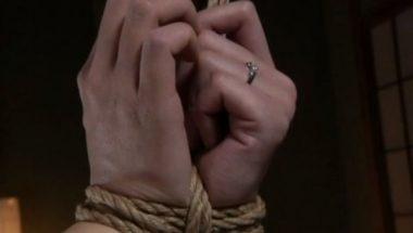 人妻・未亡人の縄で縛られた手首