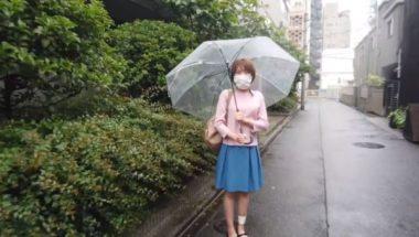 傘をさしマスクをして待ち合わせをしている志田紗希
