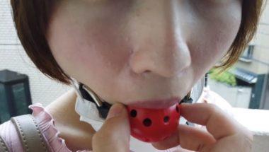 志田紗希の口からボールギャグを外す瞬間