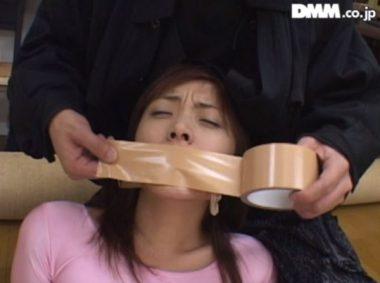 口にガムテープを貼り猿轡をされる美女