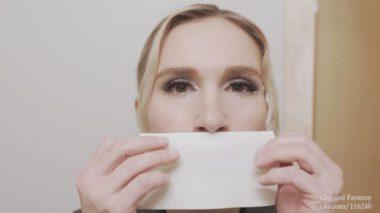 自分で口にテープを貼る金髪の外国人熟女