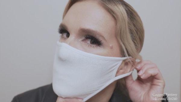薄手のぴったり布マスクをする金髪の外国人美熟女