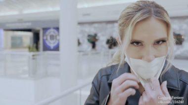 マスクの下のテープで塞いだ口を見せる外国人美熟女
