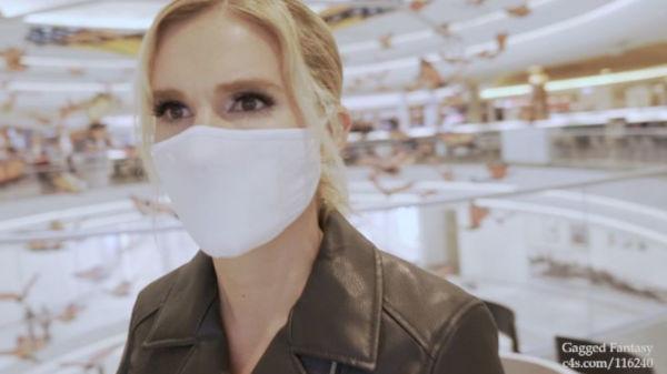 金髪外国人美女がぴったりマスクを着用