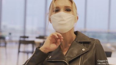 唇が浮き上がるほどぴったりマスクをした外国人美女