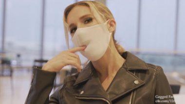 マスクに浮き上がる唇に指をあてがうセクシーな外人美女