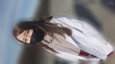 白衣にイラマスクを着用した佐伯由美香