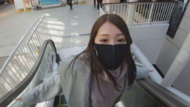 イラマスクを着けながらお買い物デートをする佐伯由美香
