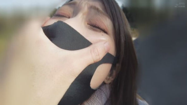 マスクの上から彼女の口を手で塞ぐ彼氏