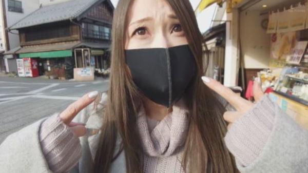 イラマスクで喋れないと手振りで伝えようとする佐伯由美香