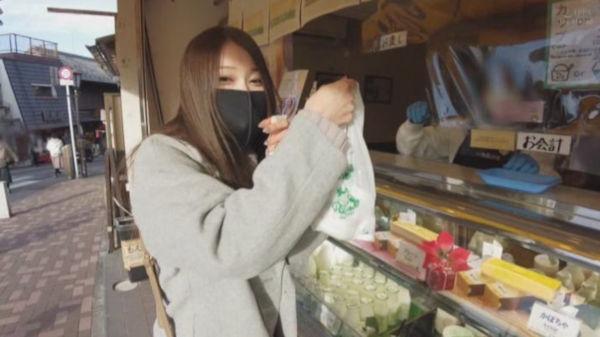 イラマスクを着用して買い物チャレンジをする佐伯由美香