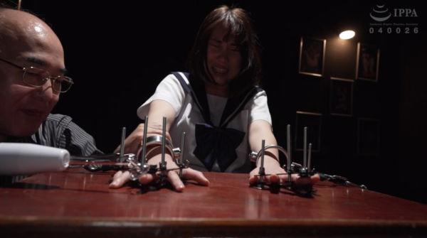 指を拘束し電気拷問される制服の女子校生