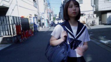 下校途中の制服姿の篠原りこ