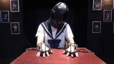革製の全頭マスクを被され五指拘束で監禁された少女