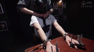 首を締め上げられる拘束監禁された制服少女