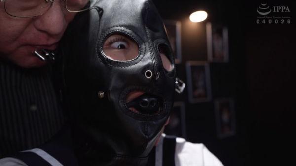 恐怖に怯える全頭マスク姿の監禁少女